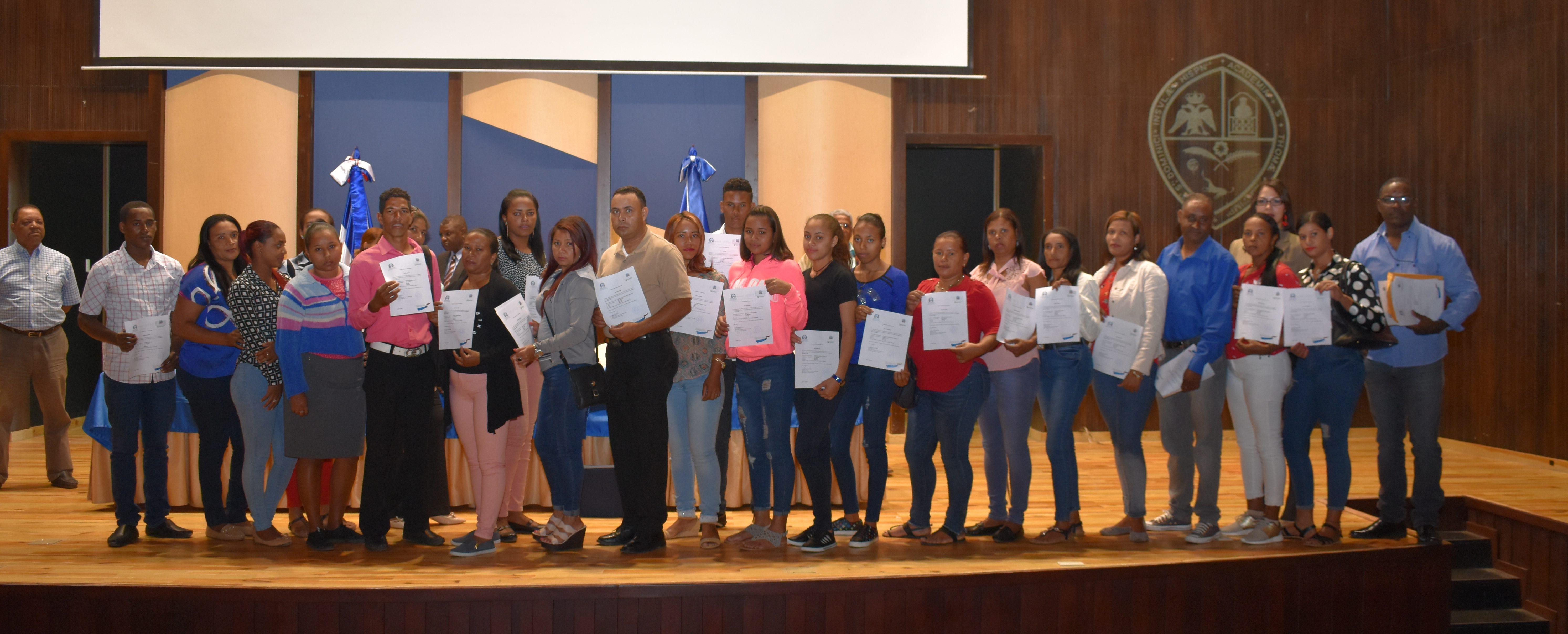 Entregan certificados a estudiantes de Pedagogía beneficiados con cinco puntos para concurso de oposición