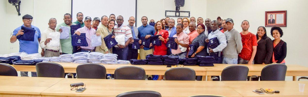 Entregan uniformes al personal de seguridad de la UASD Centro San Juan