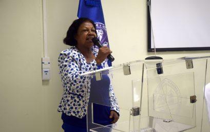 Maestra María Oviedo pone  obra en circulación en UASD Centro San Juan