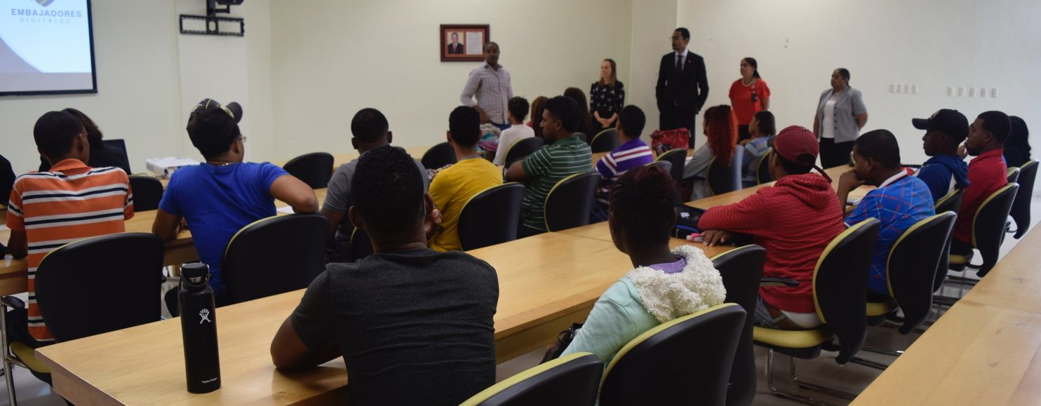 Presentan Proyecto Embajadores Digitales a estudiantes UASD Centro San Juan de la Maguana
