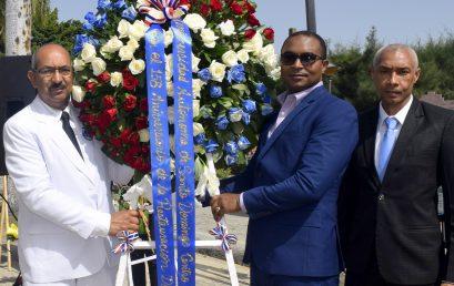 Dr. Carlos Manuel Sánchez de Oleo, encabeza comitiva deposita ofrenda floral en el 156 aniversario de la Restauracion