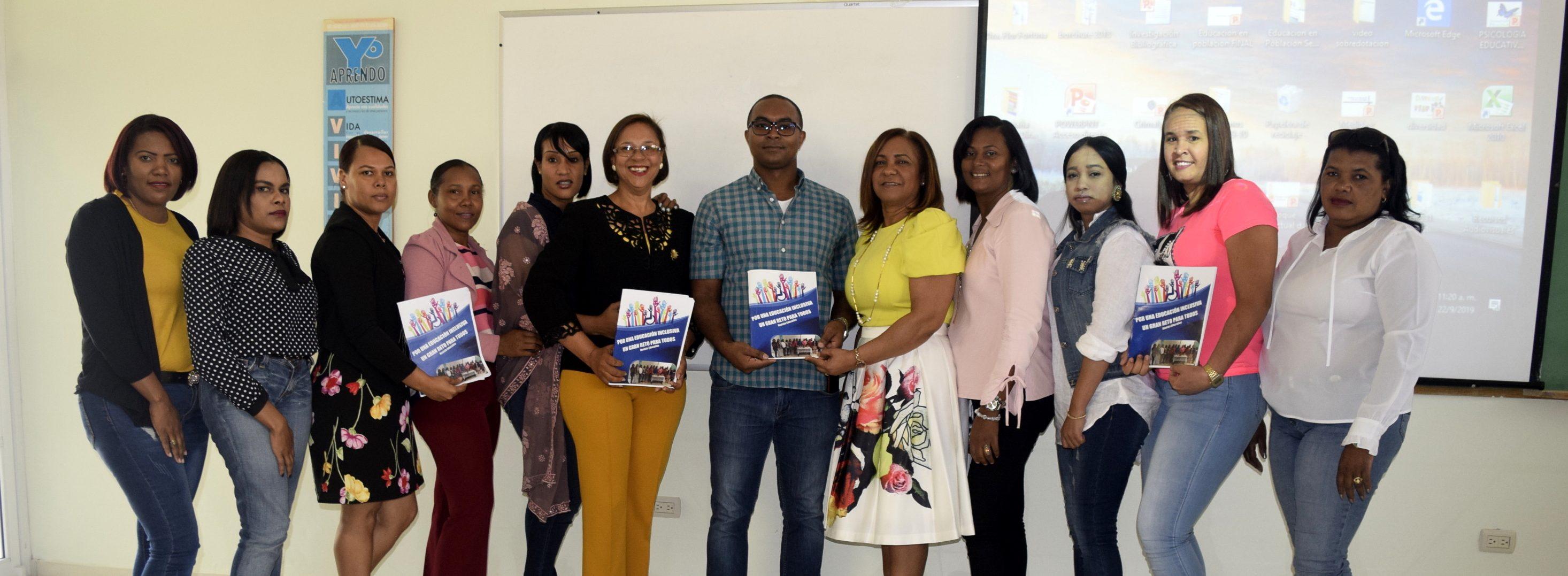 Grupo Maestría en Orientación Educativa e Intervención Psicopedagógica en UASD San Juan muestra revista impresa con sus trabajos