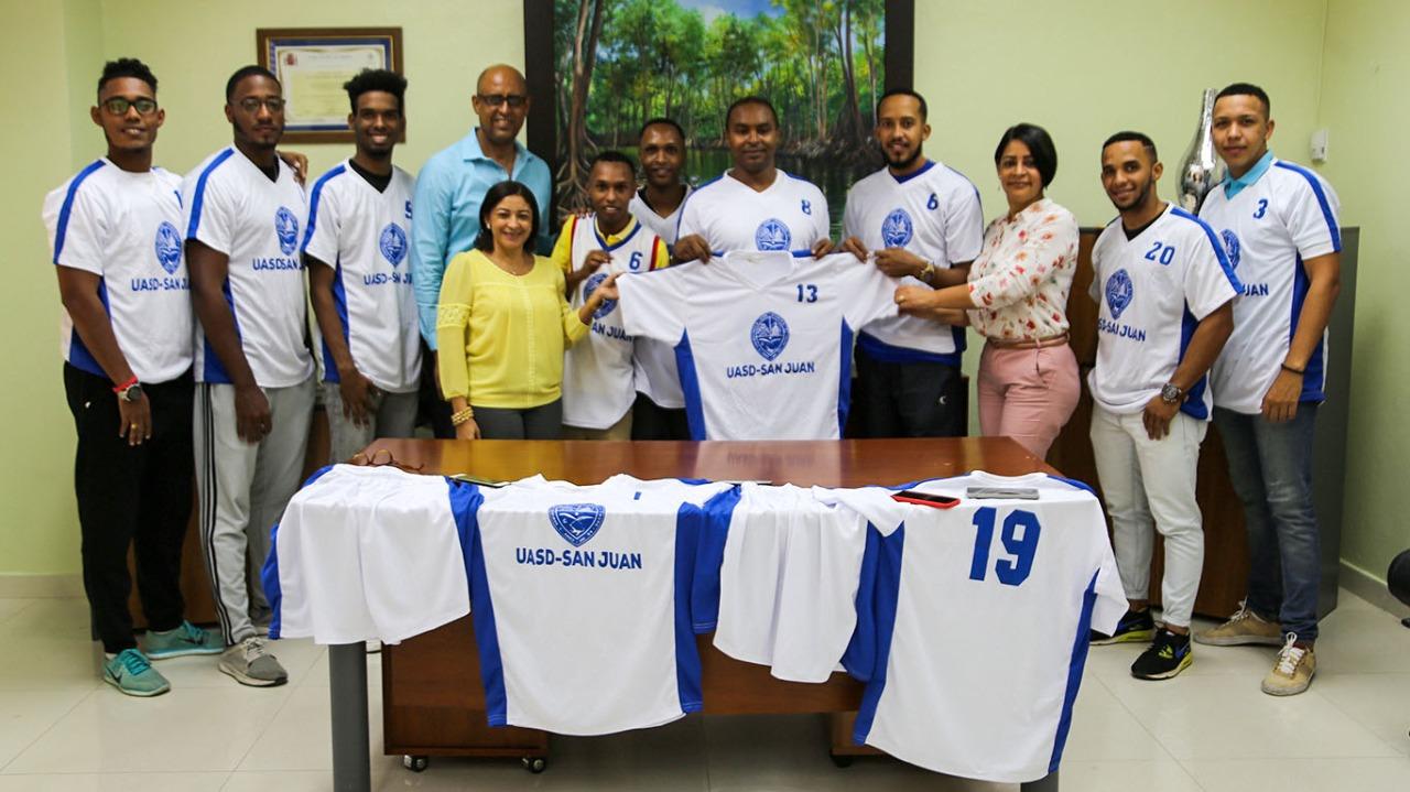 UASD Centro San juan entrega uniformes al equipo de fútbol de campo masculino