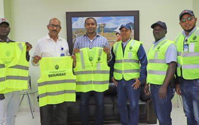 UASD Centro San Juan entrega chalecos reflectivos a la Unidad de Seguridad del Centro