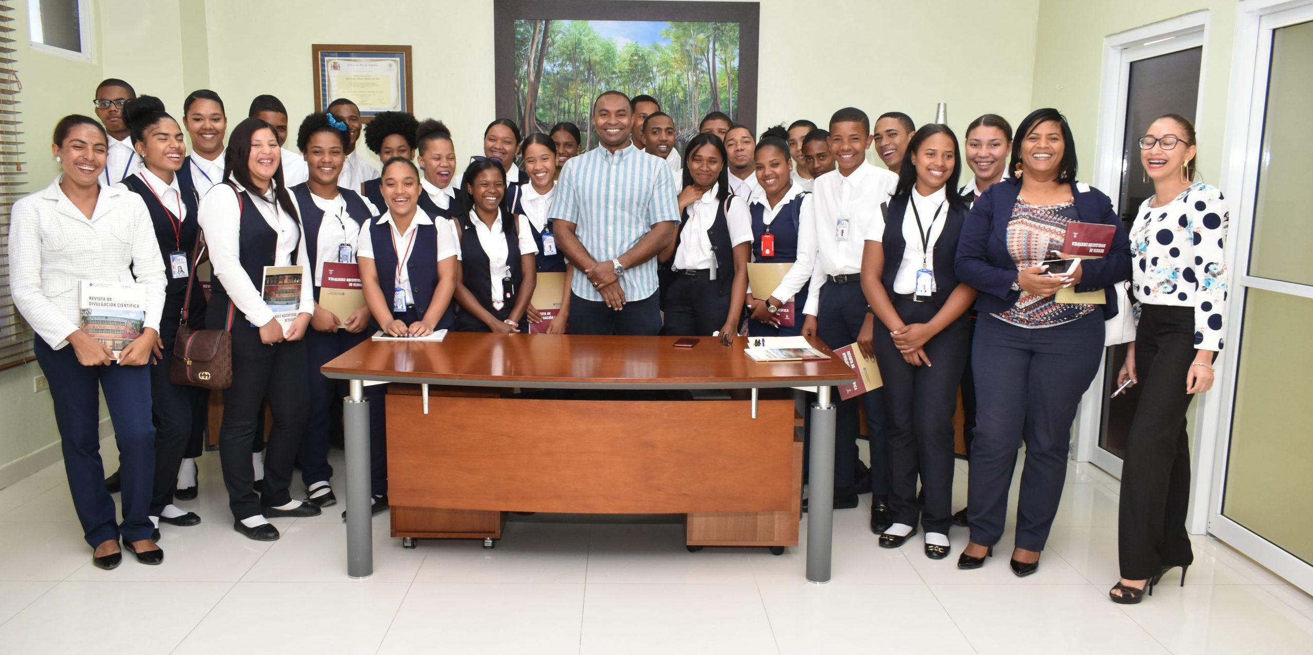Estudiantes de Liceo Técnico del municipio de El Cercado visitan UASD Centro San Juan de la Maguana