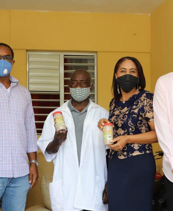 Centro Mipymes UASD San Juan entrega maquinaria a micro empresario sanjuanero