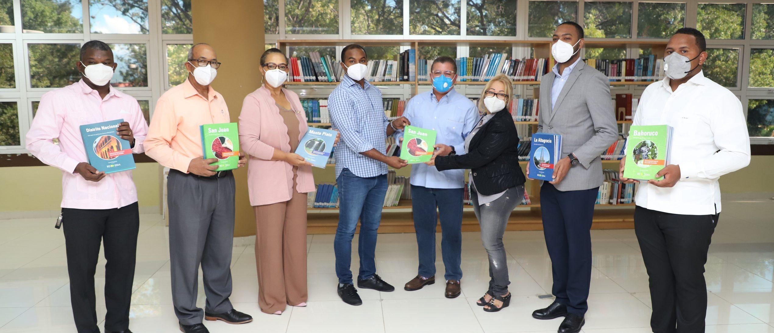 UASD San Juan recibe colección de libros correspondiente a investigación de 10 años desarrollada en las 31 provincias dominicanas