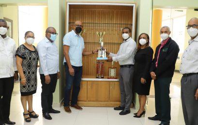 Director UASD Centro San Juan de la Maguana deja instalada Estantería para exhibición de Medallas y Trofeos