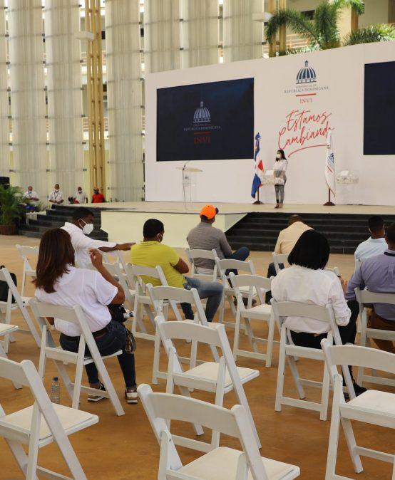 INVI realiza sorteos de obras para cambio de pisos de tierra por pisos de cemento en la Región Sur, en el anfiteatro de la UASD Recinto San Juan